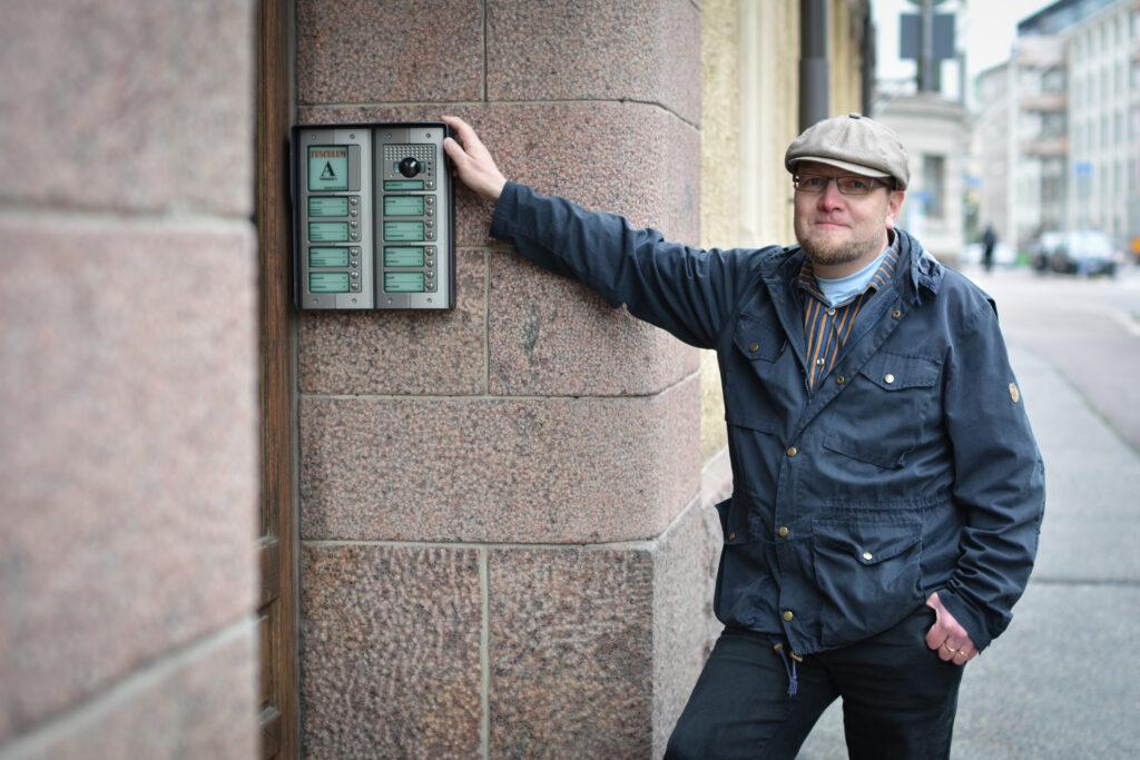 Töölönkatu 8, As Oy Tusculum ovipuhelintaulu sekä Jukka Kähkönen